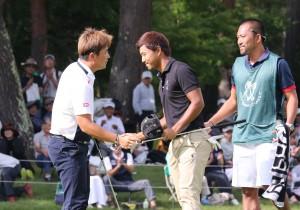 3人POを制したH・W・リュー(韓=左)と、一歩及ばず握手する小平智(右)。=提供:すべて日本ゴルフツアー機構