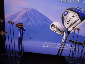 「ゼクシオ テン」の発表会で、ゴルファーが富士山に向かって打つオープニングムービー(東京・マリオットホテル)