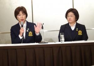 2018年度の女子ツアー日程を発表する小林浩美協会会長(左)。右は原田香里副会長(12月12日、東京・キャピトルホテル東急)