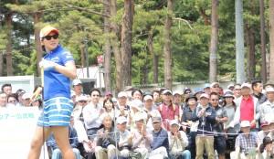 大勢のギャラリ―に見守られてティーショットを終えた成田美寿々。