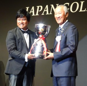 シーズン表彰式で青木功JGTO会長(右)から最優秀選手賞のトロフィーを受ける宮里優作(左)=12月4日、東京・ANAインターコンチネンタル東京