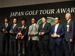各部門別表彰を受けた6選手。左から3人目が宮里優作、4人目が小平智。右端は青木功会長(東京・ANAインターコンチネンタル東京)