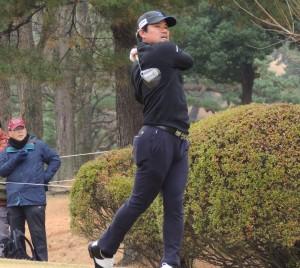 決勝ラウンド2日間はノーボギーのゴルフで2位以下を引き離した宮里優作。(4番ティーでドライバーを放つ)