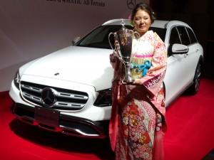 メルセデス年間最優秀選手に選ばれ、贈られた最新型のベンツの前に立つ賞金女王・鈴木愛(東京・帝国ホテル)
