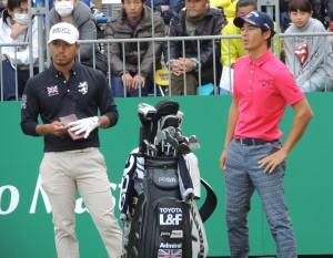 小平智(左)とトーナメントで話す石川遼(右)=昨年11月、三井住友VISA太平洋で=静岡・太平洋クラブ御殿場