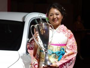 シーズン表彰式で晴れ姿の鈴木愛(東京・帝国ホテル)
