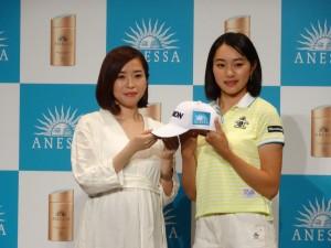 資生堂「アネッサ」のロゴ入りキャップを手に契約発表に臨んだ三浦桃香(右)=左は資生堂・朝倉萌ブランドマネジャー