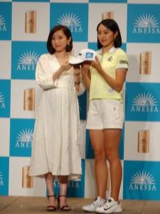 ショートパンツ姿で169㌢のすらりとした足を披露した三浦桃香(右)=左は資生堂・朝倉萌ブランドマネジャー