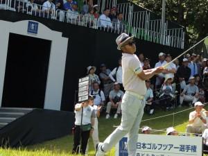 打ち終わって打球を追う片山晋呉(日本ツアー選手権)