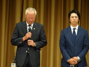 沈痛な表情で謝罪する青木功JGTO会長。(東京・ANAインターコンチネンタル)